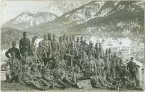 Aufstellung einer Kompanie Landesschützen oberhalb von Innichen wohl im Kriegsjahr 1915. Gelatinesilberabzug 9x14cm; Impressum: Josef Werth, Toblach.  Inv.-Nr. vu914gs00641