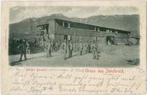 Doppelstöckige Militärbaracke und darin einquartierte Tiroler Landesschützen im Osten von Innsbruck. Lichtdruck 9 x 14 cm; Impressum: Otto Schuricht, Hall in Tirol; postalisch befördert 1901.  Inv.-Nr. vu914ld00205