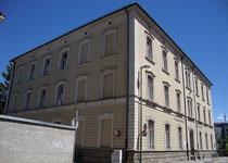 Als Industrieschule 1872 errichtete und 1891 umgebaute und erweiterte heutige Volksschule St. Nikolaus, Stadtgemeinde Innsbruck, Mariahilf-St. Nikolaus, Innallee 3. Digitalphoto; © Johann G. Mairhofer 2013.  Inv.-Nr. 1DSC06871