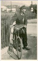 Zusteller der Österreichischen Post- und Telegraphenverwaltung. Gelatinesilberabzug 9x14cm, kein Impressum, um 1950.  Inv.-Nr. vu914gs00079