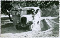 Autobus der Linie Kufstein - Stimmersee (Gemeinde Langkampfen). Gelatinesilberabzug 9 x 14 cm ohne Urhebervermerk (wohl Privataufnahme); postalisch befördert 1953.  Inv.-Nr. vu914gs00222