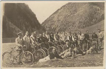 Aufenthalt eines Radfahrvereins od. dgl. beim Brennersee, Gemeinde Gries am Brenner, Bezirk Innsbruck-Land, Tirol. Gelatinesilberabzug 9 x 14 cm; ohne Impressum um 1935.  Inv.-Nr. vu914gs00269
