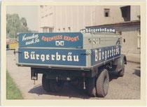 "Eigenwerbung des ehem. ""Bürgerbräu"" (gegr. 1825, Betriebsschließung 2003) an einem firmeneigenen Bierlieferwagen im Brauereiareal in Innsbruck, Ing,-Etzel-Straße. 5-11. Farbpapierabzug 7,5 x 11 cm, wohl Amateuraufnahme um 1965.  Inv.-Nr. vu7511fph0001"