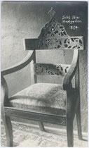 Lehnstuhl mit Kerbschnitzerei an der Rückenlehne aus dem Inventar von Schloss ITTER. Gelatinesilberabzug 9x14cm, Georg Angerer, Schwaz um 1920.  Inv.-Nr. vu914gs00399