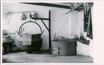 Sennereigeräte. Gelatinesilberabzug 9 x 14 cm; Impressum: Armin Kniely, Mayrhofen im Zillertal um 1960.  Inv.-Nr. vu914gs00668