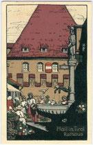 """Das von Herzog Leopold IV. 1406 der Stadt Hall geschenkte """"Königshaus"""", seither Rathaus am Oberen Stadtplatz 1-2. Chromolithographie (Künstlersignatur: R. W.) 9 x 14 cm; Impressum: Verlag Gottfried Moser, Hall i.T. um 1925. Inv.-Nr. vu914clg00023"""