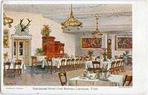 """Speisesaal im Gasthof """"Drei Mohren"""" in Lermoos, Bezirk Reutte (Außerfern), Tirol. Farbautotypie 10 x 15 cm nach einem Original von Max Martini, 1904.  Inv.-Nr. vu105fat00004"""