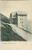 Gebäude vom Truppenübungsplatz auf dem Monte Bondone im Gemeindegebiet der Stadt Trient (in Ruinen vorhanden). Lichtdruck 9 x 14 cm; Impressum: A(lois). Kapper, Trient 1911.  Inv.-Nr. vu914ld00242