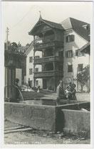 Dorfbrunnen beim Ansitz Waidburg, ehemaliger Jagdhof der tyrolischen Landesherren (heute Gemeindeamt) in Natters. Gelatinesilberabzug 9 x 14 cm; Impressum: A(lfred) Stockhammer, Hall in Tirol 1927.  Inv.-Nr. vu914gs00370