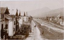 Bahnhofsgelände in Kirchberg in Tirol an der Salzburg-Tiroler-Bahn (vormals Kaiserin-Elisabeth-Bahn, ehem. gebräuchlich: Giselabahn) von Osten. Gelatinesilberabzug 9 x 14 cm ohne Impressum, postalisch gelaufen um 1905. Inv.-Nr. vu914gs00004