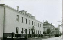 """Ehemalige """"Neue Kaserne"""" erbaut im Ständestaat (heute Polizeiispektion) in Wörgl, Salzburger Straße 23. Gelatinesilberabzug 9 x 14 cm; Impressum: Rud(olf). Berger, Wörgl; postalisch gelaufen 1937.  Inv.-Nr. vu914gs00714"""