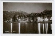 Der Hafen von Torbole (ehem. tirolisch, seit 1919 Comunità Alta Garda e Ledro, Provincia di Trento) bei Nacht. Gelatinesilberabzug 9 x 14 cm; Impressum: A. Kralicek, Torbole um 1930.  Inv.-Nr. vu914gs00187