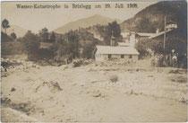 Der über die Ufer getretene Alpbach im Gemeindegebiet von Brixlegg im Jahr 1908. Gelatinesilberabzug 9x14cm; Impressum: K(arl). Dornach, Innsbruck, Welsergasse 8.  Inv.-Nr. vu914gs00205
