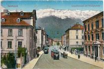 Triebwagen 47 und ein weiterer der Localbahn Innsbruck-Hall bei der Haltestelle Triumphpforte. Photochromdruck 9 x 14 cm; Impressum: Wilhelm Stempfle, Innsbruck um 1910.  Inv.-Nr. vu914pcd00212