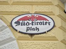 """Historisches Kufsteiner Straßenschild """"Süd-tiroler Platz"""" vis à vis vom Bahnhofsgebäude. Digitalphoto; © Johann G. Mairhofer 2013.  Inv.-Nr. DSC05909"""