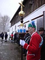 5861 - Organisator Anton Daisenberger mit der Kronenstange während des Vortrags vom Fasskasperl.