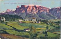 Bahnhof und zugleich Endstation der 1907 eröffneten Rittnerbahn in Klobenstein, Gde. Ritten, ehem. Ger.bzk. und Bzk. Bozen (1868-1919) und der Schlern. Photochromdruck 9 x 14 cm; Lorenz Fränzl 1907.  Inv.-Nr. vu914pcd00378