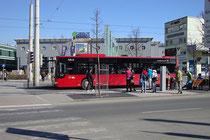 Bus- und Straßenbahnhaltestelle beim Einkaufszentrum Sillpark an der Stadtteilgrenze zwischen Dreiheiligen und Pradl in Innsbruck. Digitalphoto © Johann G. Mairhofer 2013.  Inv.-Nr. 1DSC06003