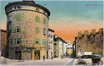 """Torrione Madruzziano (""""la Rotonda"""") in Trento (dt. Trient) an der Piazza di Fiera Nr. 20, ehemals Teil der Stadtbefestigung. Photochromdruck 9 x 14 cm; Impressum: (Alois) Kapper,Trient; postalisch befördert 1908.  Inv.-Nr. vu914pcd00068"""