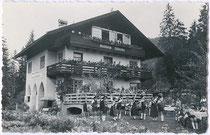 """Auftritt des """"TGV Schlernhexen"""" aus Innsbruck bei der Pension """"Waldheim Hubertus"""" in Brandenberg um 1950. Gelatinesilberabzug 9 x 14 cm ohne Impressum; um 1950.  Familienarchiv des Verfassers"""