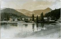 Der KRUMMSEE in Kramsach, Bezirk Kufstein, Tirol von Norden. Gelatinesilberabzug 9 x 14 cm; ohne Impressum, um 1930.  Inv.-Nr. vu914gs00747