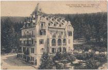 "Hotel ""Regina del Bosco"" (1883 als kaiserl. Jagschloss erbaut) am Mendelpass, Ronzone am Mendelpass im Nonstal (heute Comunità della Val di Non, Prov. di Trento). Lichtdruck 9 x 14 cm; Impressum: Albino Nardelli, Mezzolombardo um 1929.  Inv.Nr. vu914ld003"