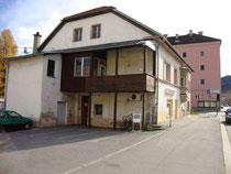 Rückseite und die Pembaurstraße flankierende Westfassade vom Ansitz Dodl in Innsbruck-Pradl, Egerdachstraße 25. Digitalphoto; © Johann G. Mairhofer 2011.  Inv.-Nr. 1DSC02380