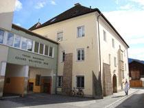 Ansitz LEOPARDISCHLÖSSL, mit Zubauten heute Schülerheim des Tiroler Bauernbundes in Innsbruck-Pradl, Gabelsbergerstra0e 3 (ex Egerdachstraße 13). Digitalphoto; © Johann G. Mairhofer 2011.  Inv.-Nr. DSC02365