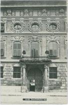 Fassadenausschnitt der nach Plänen von Joh. M. Gumpp d.Ä. ab 1679 errichteten barocken Palastanlage Fugger-Taxis in Innsbruck, Maria-Theresien-Str. 45. Gelatinesilberabzug 9 x 14 cm; Impressum: A(lfred). Stockhammer, Hall 1909.  Inv.-Nr. vu914gs00478