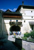 Innenhof der Burg RODENECK. Farbdiapositiv 24x36mm; © Johann G. Mairhofer 1998.  Inv.-Nr. dc135kn0239.01