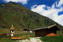 Bildstock und Almhütte im Oberbergtal, Stubaier Alpen. Farbdiapositiv 9x14cm; © Johann G. Mairhofer 1989.  Inv.-Nr. dc135scC11H42.1_34