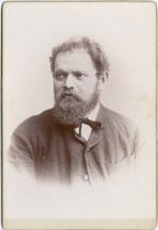 Vignettiertes Künstlerportrait von Alois Überbacher, Antiquar und Holzbildhauer in Bozen, gest. 23.6.1897. Albuminabzug auf Untersatzkarton 16,6 x 10,8 cm ohne Urhebervermerk.  Inv.-Nr. vuCAB-00187