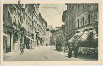 Via Roma (vormals/già via Lunga) in Trento (dt.: Trient). Lichtdruck 9 x 14 cm; Impressum: G. P. M. (?) ohne Angabe des Verlagsortes, handschriftl. dat.: 9.11.1922.  Inv.-Nr. vu914ld00301