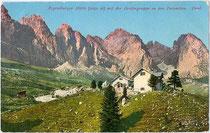 Die Regensburger Hütte mit der GEISLERGRUPPE in den Dolomiten. Photochromdruck 9x14cm; Joh(ann). F(ilibert). Amonn, Bozen um 1910.  Inv.-Nr. vu914pcd00230