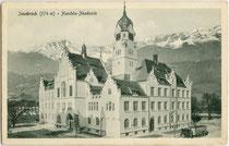 """Handelsakademie Innsbruck, errichtet 1904/06 im neogotischen Stil (""""Tiroler Gotik"""") nach Plänen von Eduard Klingler und Arthur Ringler. Lichtdruck 9 x 14 cm; Impressum: Stengel & Co., Dresden 1906. Inv.-Nr. vu914ld00291"""