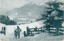 Skifahrer auf der Übungswiese am Ziel der Rodelbahn von Heiligwasser nach Igls. Autotypie 9 x 14 cm; Impressum: Wintersportverein Igls um 1920.  Inv.-Nr. vu914at00024