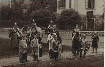 Akteure als Ritter beim Festumzug zum Stadtgründungsjubiläum 1000 Jahre Brixen 1901. Gelatinesilberabzug 9x14cm; kein Impressumsvermerk.  Inv.-Nr. vu914gs00226