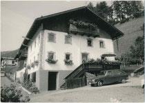Haus Kesseleckhof an der St. Jakober Dorfstraße in St. Anton am Arlberg, Bzk. Landeck, Tirol; davor ein Renault 16 (Entwurf: Gaston Juchet, Produktion 1965 - 1980). Gelatinesilberabzug 10 x 15 cm ohne Impressum, um 1970.  Inv.-Nr. vu105gs00113