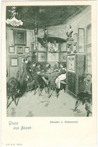 Zechrunde in einer Gaststube vom Bozner BATZENHÄUSL. Lichtdruck 9 x 14 cm; Impressum: J(ohann). F(ilibert). A(monn). B(ozen). um 1900.  Inv-Nr. vu914ld00054