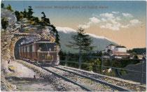 Personenzug der Innsbrucker Mittelgebirgsbahn auf Talfahrt von Igls in Richtung Berg-Isel-Bahnhof bei der Einfahrt in den Amraser Tunnel. Photochromdruck 9 x 14 cm, Impressum: Lehrburger, Nürnberg um 1910. Inv.-Nr. vu914pcd00121