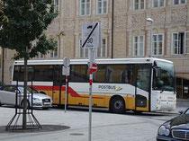 Postbus der Marke RENAULT im Farbschema der Epoche gelb-rot-weiß in der Liebeneggstraße beim Ansitz LIEBENEGG, Innsbruck-Wilten. Digitalphoto; © Johann G. Mairhofer  2012:  Inv.-Nr. DSC05070