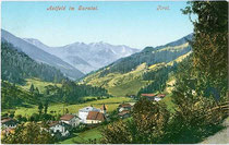Panorama von Astfeld, Gemeinde Sarntal. Photochromdruck 9x14cm; Impressum: Joh(ann). F(ilibert). Amonn um 1905.  Inv.-Nr. vu914pcd00233