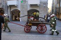 """Historischer Spritzenwagen der Freiwilligen Feuerwehr Oberpettnau, Gemeinde Pettnau, Bzk. Innsbruck-Land beim Corso """"140 Jahre Tiroler Feuerwehrverband"""" in Innsbruck. Digitalphoto; © Johann G. Mairhofer 2012.  Inv.-Nr. 1DSC05304"""