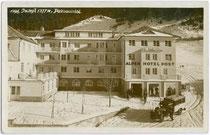 Postauto beim ALPENHOTEL POST in Ischgl in Paznaun, um 1930. Gelatinesilberabzug 9x14cm; Hochalpiner Kunstverlag Sepp Ritzer & Elis Braunhoft, Innsbruck.  Inv.-Nr. vu914gs00092