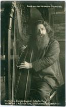 """Harfinist und Bassist Martin Heigl in der Weinstube """"Schicketanz Batzenhäusl"""", Römerhofgasse 1, Kufstein, Tirol.  Gelatinesilberabzug 9 x 14 cm; Impressum unleserlich um 1910.  Inv.-Nr. vu914gs01134"""