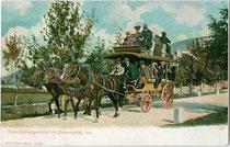 Abfahrt in Toblach eines dreispännigen Pferdeomnibus in Doppeldeckerausführung der k.k. Österr. Post Richtung Cortina d'Ampezzo. Kombinationsfarbdruck 9 x 14 cm; Impressum: Joh(ann). F(ilibert) Amonn, Bozen um 1905.  Inv.-Nr. vu914kfd00032