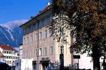 Ansitz LIEBENEGG in Wilten, Liebeneggstraße 2, Innsbruck; Fassade zur Leopoldstraße. Farbdiapositiv 24x36mm; © Johann G. Mairhofer 1998.  Inv.-Nr. dc135fuRA679.1_23