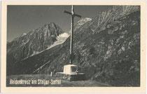 Heldenkreuz am Staller Sattel, Gemeinde St. Jakob in Defereggen. Gelatinesiberabzug 9 x 14 cm; Impressum: Joseph Schett, St. Jakob im Defereggen, datiert: 23.7.1937.  Inv.-Nr. vu914gs00026