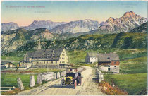 Tourenwagen beim Hospiz St. Christoph, Gde. Nasserein (seit 1927 St. Anton), Bzk. Landeck, Tirol gg. Eisbergspitze 2.536m des Lechquellengebirges (AVE 3a). Photochromdruck 9 x 14 cm; W. Stempfle, Innsbruck 1907.  Inv.-Nr. vu914pcd00373