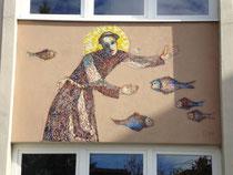 Mosaikbild an der Stiegenhausfassade am Neutrakt vom Schülerheim des Tiroler Bauernbundes in Innsbruck-Pradl, Gabelsbergerstra0e 3 (ex Egerdachstraße 13). Digitalphoto; © Johann G. Mairhofer 2011.  Inv.-Nr. DSC02368